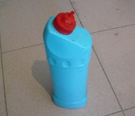 Брызгалка для смачивания кирпича из бутылки доместоса