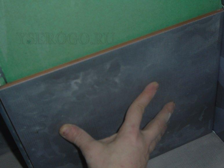 Наклеивание кафеля на стену