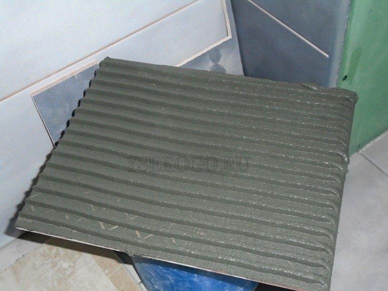 Плитка с нанесенным гребнем из клея