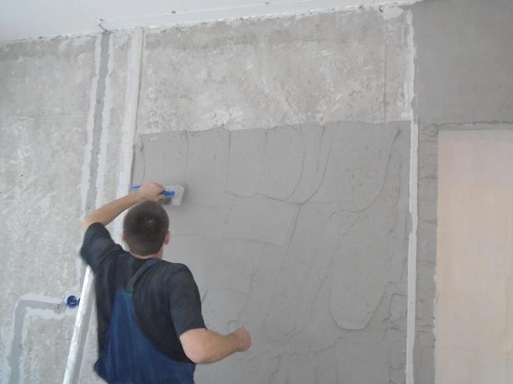 Нанесение гипсовой смеси на оштукатуриваемую стену
