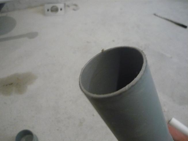 Зачищенный резанный торец канализационной трубы