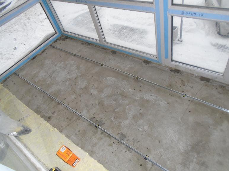 Устройство усиливающего слоя поверх треснувшей стяжки